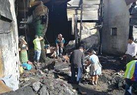 Al menos 30 locales se incendiaron la noche del lunes en el mercado La Terminal, zona 4 de la capital. (Foto Prensa Libre: Estuardo Paredes)