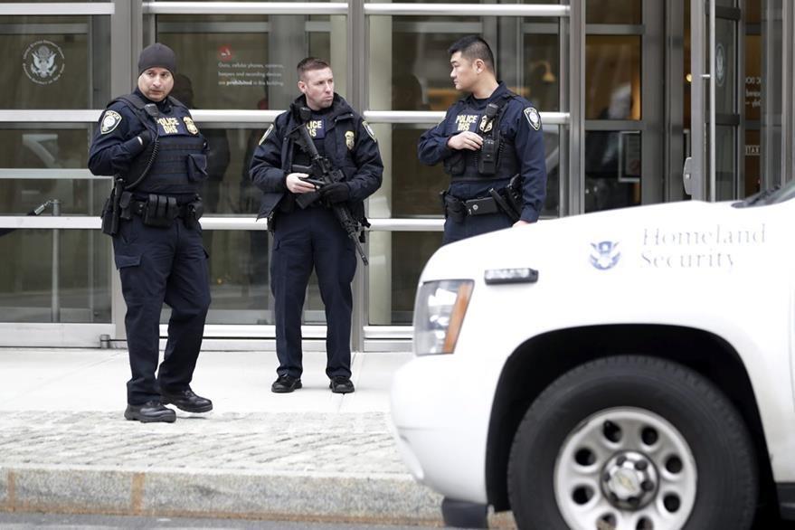 Oficiales de policía permanecen afuera de la Corte Federal de Brooklyn, Nueva York. (EFE)
