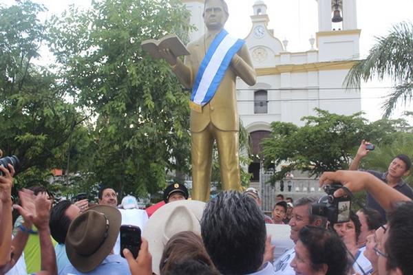 """<p>La estatua fue instalada en la plaza que lleva el nombre del exmandatario. (Foto Prensa Libre: Edwin Paxtor)<br _mce_bogus=""""1""""></p>"""