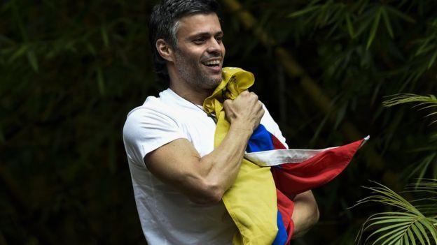 Leopoldo López es el líder opositor mejor valorado, pero cumple condena en arresto domiciliario. AFP