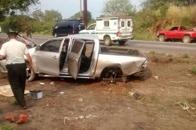 Uno de los vehículos afectados en el accidente vial. (Foto Prensa Libre: Bomberos Departamentales)