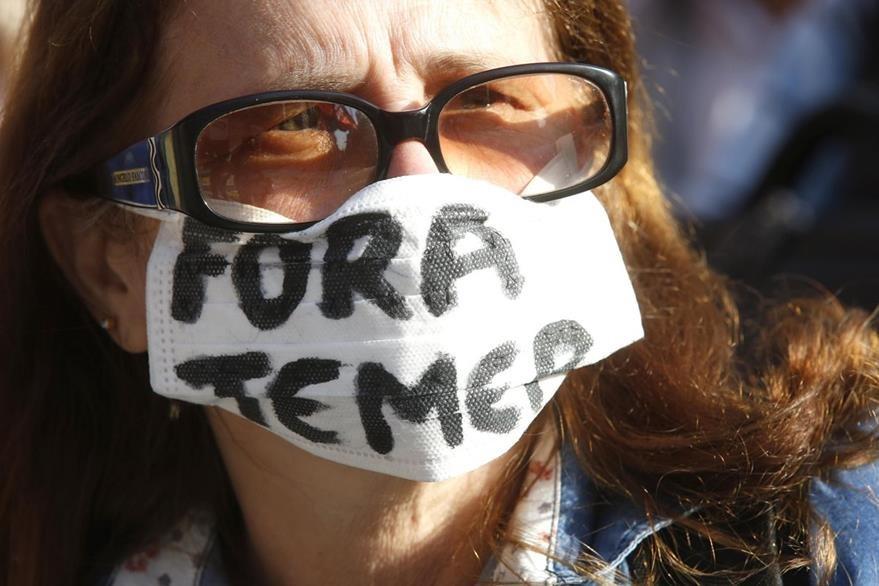 Una mujer protesta contra el presidente Michel Temer. Desde que llegó al poder, el mandatario brasileño ha enfrentado el rechazo de los simpatizantes de izquierda del Partido de los Trabajadores. (Foto Prensa Libre: EFE).