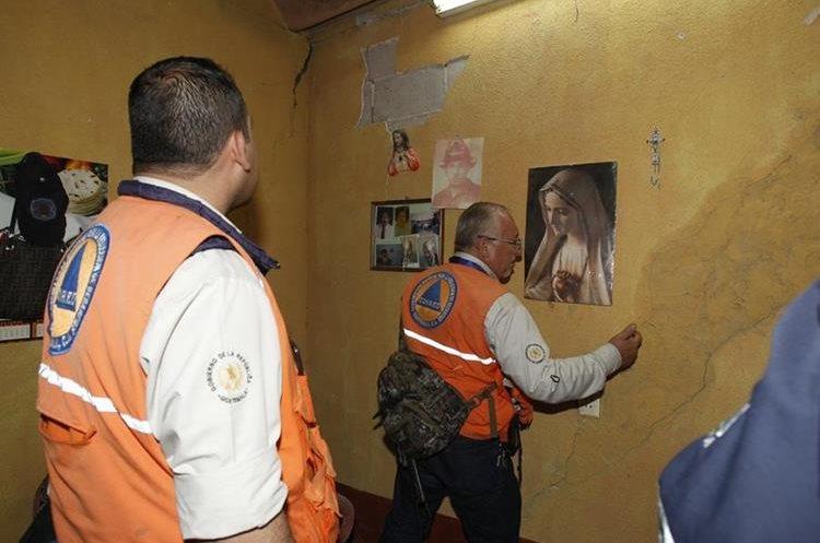 Pobladores vive atemorizados ante lo que pueda suceder en la colonia Primero de Julio, Mixco. (Foto Prensa Libre: Paulo Raquec).