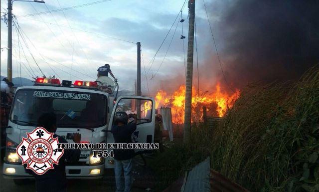 Un incendio afecta una recicladora ubicada en la ruta al Pacífico, en el km 22.5, y socorristas trabajan en sofocar el fuego. (CBMDEPTAL)