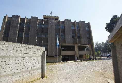 El edifico de la Radio Nacional  TGW se encuentra abandonado y en la actualidad se utiliza como dormitorio de agentes de la Policía Nacional Civil.