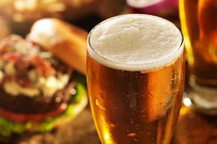 El mismo alcohol tiene muchas calorías. Una copa grande de vino, por ejemplo, puede tener tantas como una dona. (THINKSTOCK)