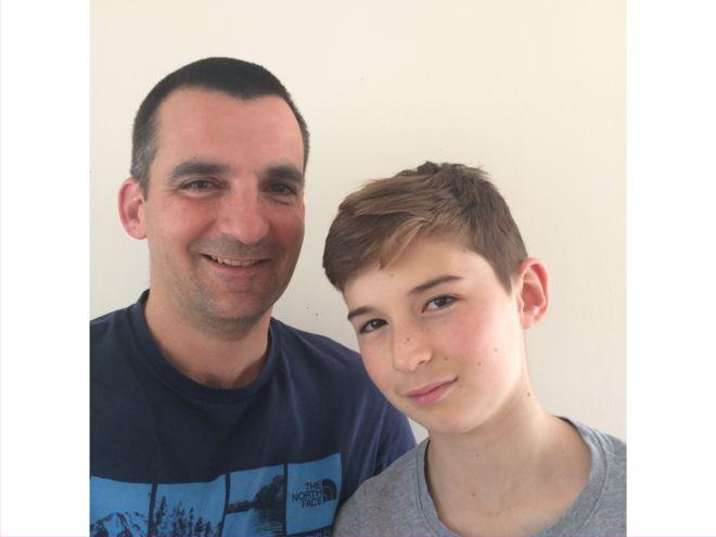 Nick Herbert (izda.), 45, creó una aplicación para comunicarse con su hijo Ben (dcha.), de 13 años. NICK HERBERT
