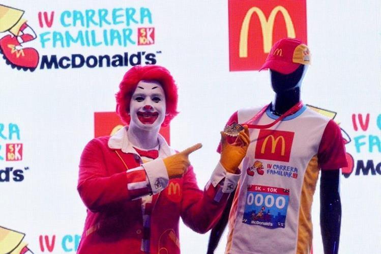 Ronald Macdonald muestra la medalla que será otorgado a los participantes. (Foto Prensa Libre: Cortesía Mcdonald's)