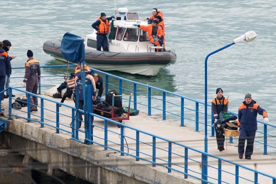 Rescate de víctimas de avión ruso que cayó en el mar Negro. (AFP)