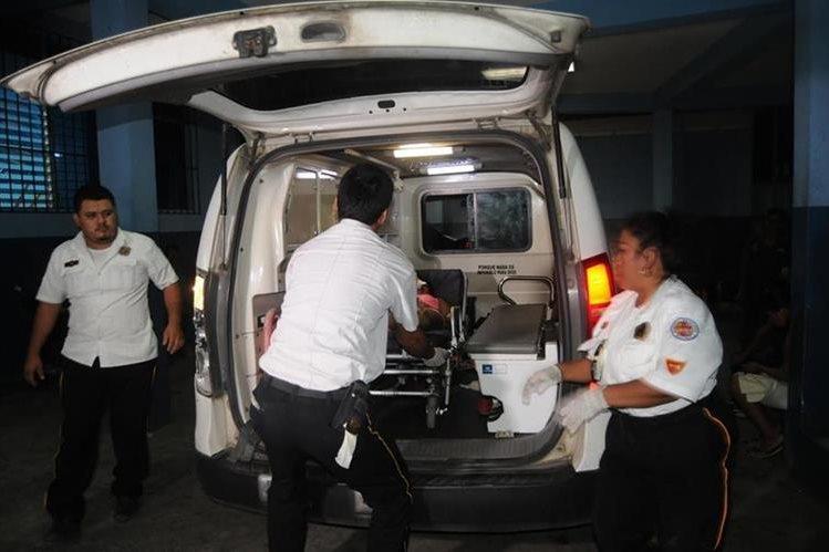 Socorristas trasladan al Hospital Regional de Coatepeque a dos adolescentes que resultaron heridas de bala en Tecún Umán, San Marcos. (Foto Prensa Libre: Alexánder Coyoy)