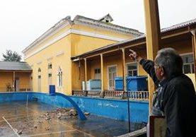 El arquitecto Rodrigo Asturias muestra los daños en el edificio del Invo. (Foto Prensa Libre: Carlos Ventura)