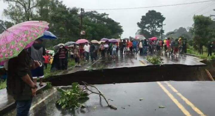 El paso de Omoa, Cortez, Honduras, a Puertos Barrios, Izabal, quedó interrumpido por el socavamiento de tierra que causó el río Tegucigalpita. (Foto Prensa Libre: Dony Stewart)