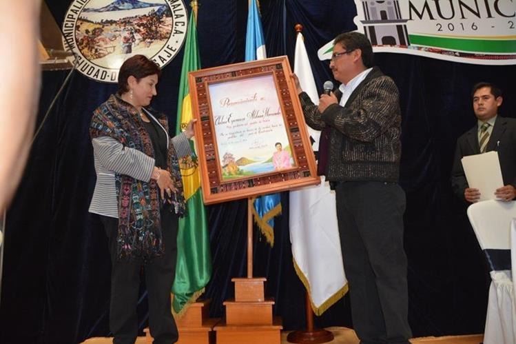 La fiscal general Thelma Aldana recibe reconocimiento de manos de Andrés Iboy, alcalde de la cabecera de Sololá. (Foto Prensa Libre: Édgar Sáenz).