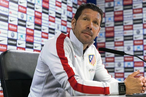 El entrenador del Atlético de Madrid, el argentino Diego Simeone, durante la rueda de prensa ofrecida la mañana de este viernes en la Ciudad Deportiva de Majadahonda, con vistas al partido  frente al Córdoba. (Foto Prensa Libre: EFE)