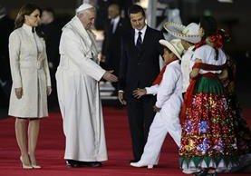 El papa Francisco saluda a varios niños en presencia del presidente de México, Enrique Peña Nieto y su esposa Angélica Rivera. (Foto Prensa Libre: AP).