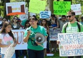 Activistas piden la libertad de madres internadas en un centro de detención de inmigrantes.(AP).