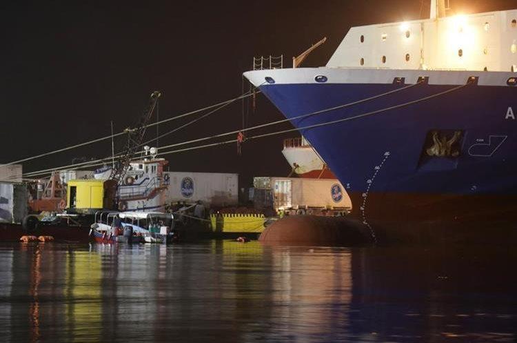 Pese al descenso de la marea en Puerto Barrios, Izabal, las operaciones de las embarcaciones continuaron con normalidad. (Foto Prensa Libre: Dony Stewart)