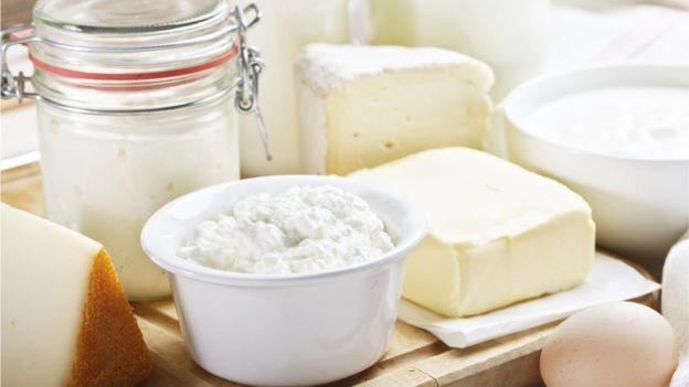 Los lácteos suelen ser las principales fuentes diarias de calcio en nuestras dietas. (GETTY IMAGES)