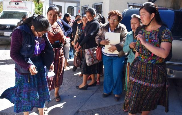 Parte de las mujeres afectadas por la falta de contratos laborales en el Sistema de Salud en Sololá. (Foto Prensa Libre: Édgar René Sáenz)