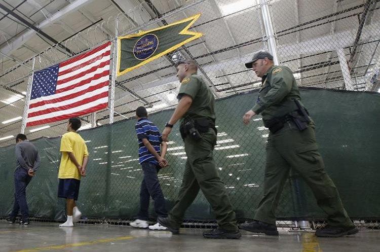 jóvenes detenidos siendo escoltados a un área para hacer llamadas telefónicas Cientos de niños inmigrantes centroamericanos son procesados sus datos en el Centro de Colocación de Nogales en Nogales, Arizona.(AP).