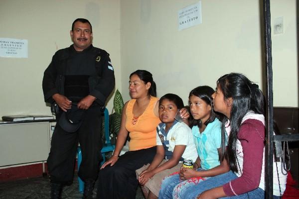 Los hermanos Ramírez Gómez —centro—, junto a su mamá y hermana, en  sede de la PGN.