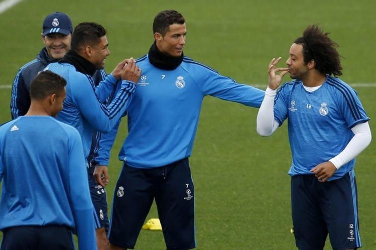 Los jugadores del Real Madrid viven con buen ánimo el encuentro ante el PSG. (Foto Prensa Libre: EFE)