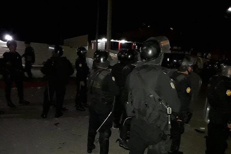 Los agentes utilizaron gas lacrimógeno para dispersar a las personas enfurecidas. (Foto Prensa Libre: Mario Morales)