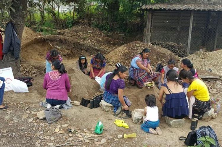 Varias de las mujeres beneficiadas con el proyecto  estufas ahorradoras, contribuyen en el trabajo en viveros forestales. (Foto Prensa Libre: Cortesía)