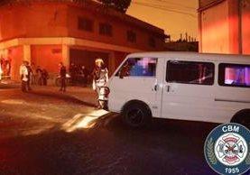 El cuerpo del piloto asesinado quedó sobre el volante del microbús. Foto Prensa Libre: Bomberos Municipales.