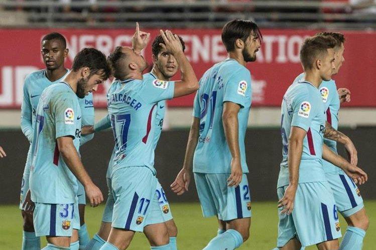 Los jugadores del Barcelona celebran el primer gol conseguido por el delantero Paco Alcacer contra el Murcia. (Foto Prensa Libre: EFE).