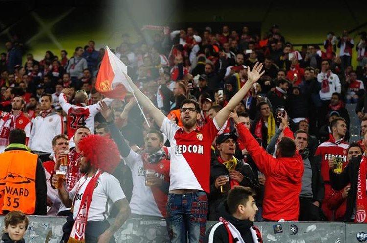 Así fue la reacción de los seguidores del Mónaco luego de posponer el partido. (Foto Prensa Libre: AFP)