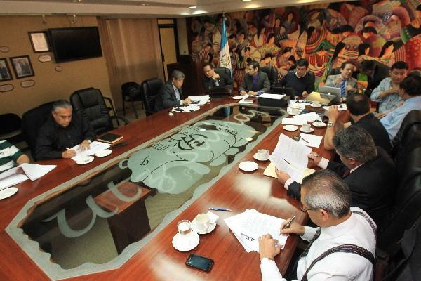 Los integrantes de la Comisión Nacional del Salario firman el dictamen con el que se incrementa el sueldo diario.
