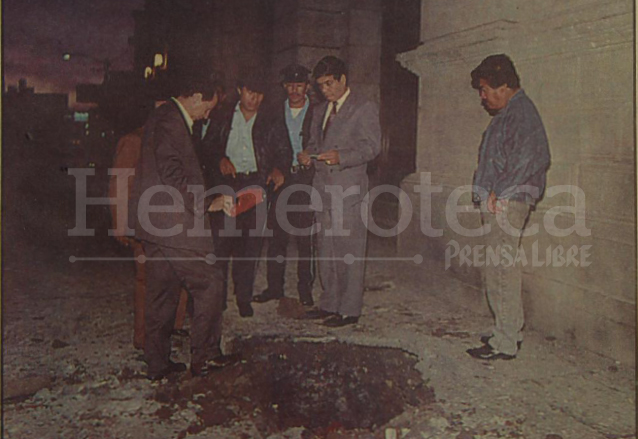 El presidente del Congreso, Vinicio Villar Anleu, observa el agujero causado por una explosión frente a la sede del Legislativo. (Foto: Hemeroteca PL)