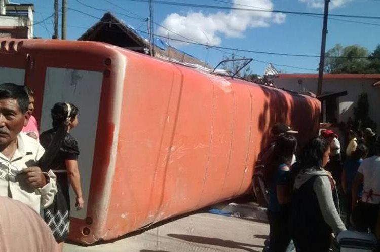 Bus volcó en la aldea Buenos Aires, Huehuetenango.