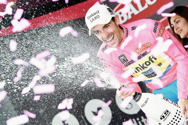 Contador celebra con el suéter rosa tras mantener su liderato. (Foto Prensa Libre: AP)