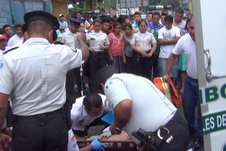 Mauricio Ayala, quien laboraba como guardia de seguridad en el domicilio del alcalde Luis Galindo, fue atacado a balazos por dos sujetos que viajaban en una motocicleta. (Foto Prensa Libre: Rolando Miranda)