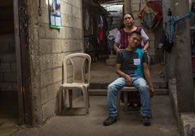 Osiel posa junto a su mamá Susana en su vivienda. (Foto: Napo Sojuel)