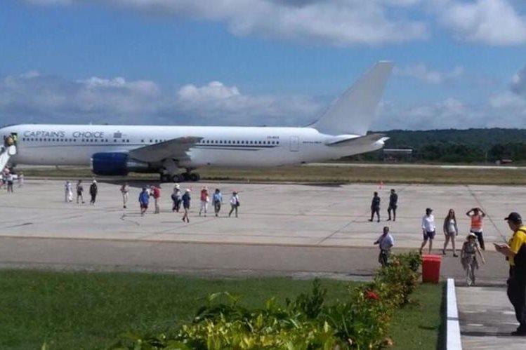 El avión proveniente de Australia arribó en el Aeropuerto Mundo Maya en Santa Elena, Flores, Petén. (Foto Prensa Libre: Rigoberto Escobar)