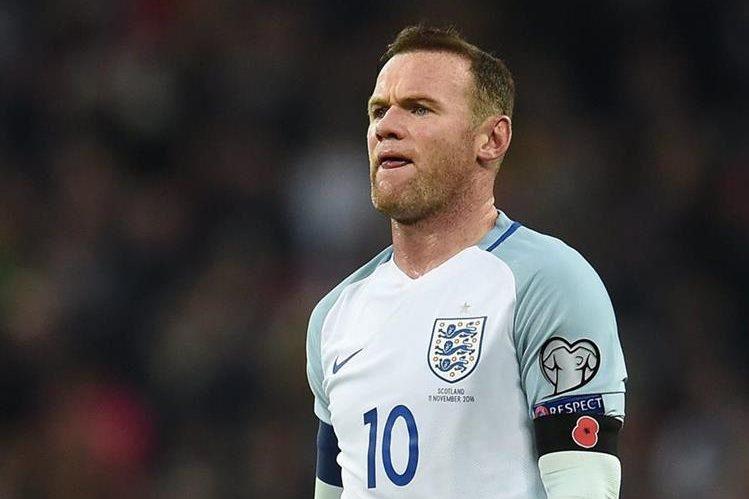 La polémica generada por Wayne Rooney terminó con un toque de queda para los seleccionados ingleses. (Foto Prensa Libre: EFE)