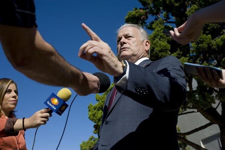 """El precandidato demócrata a la Presidencia de EE. UU., Roque """"Rocky"""" De La Fuente Guerra (c), habla con la prensa.(Foto Prensa Libre:EFE)."""