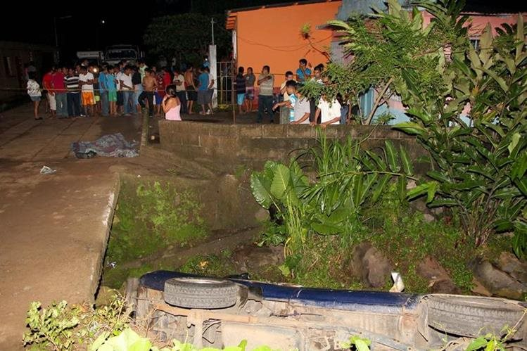 Picop cae en barranco y muere hombre que viabaja en palangana, en Santa Lucía Utatlán, Retalhuleu. (Foto Prensa Libre: Rolando Miranda)
