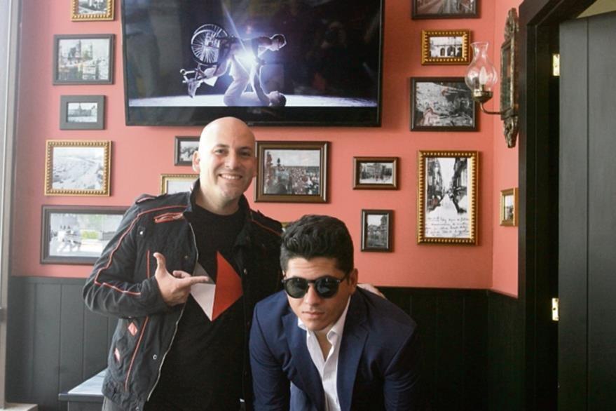 Francis Dávila presenta su nuevo video que fue producido por Giuseppe Badalamenti —con gafas—. (Foto Prensa Libre: Ana Lucía Ola)