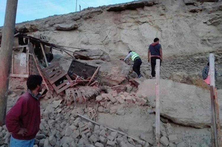 Rescate de una de las víctimas del sismo de 6.8 gradosen Arequipa, Perú.(EFE).