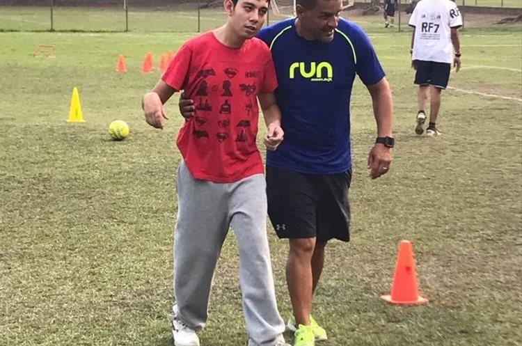 El entrenador Walter Molina Dávila junto a uno de sus alumnos practican fútbol en el campo de Cejusa. (Foto Prensa Libre: Cortesía)