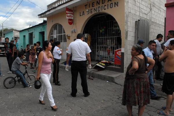 """<p>La víctima es evaluada por socorristas Voluntarios. (Foto Prensa Libre: Hugo Oliva)<br _mce_bogus=""""1""""></p>"""