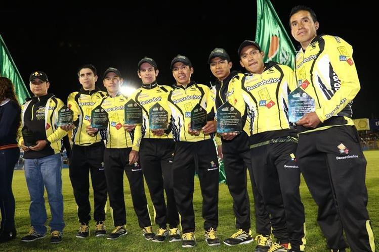 Los integrantes del equipo Decorabaños recibieron el reconocimiento de Xelajú MC y fueron admirados por la afición por la conquista. (Foto Prensa Libre: Raúl Juárez)