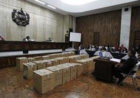 Las cajas con osamentas fueron llevadas ante el Tribunal de Mayor Riesgo A. (Foto Prensa Libre: Paulo Raquec)