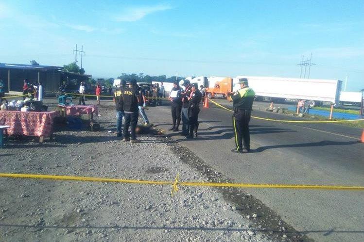 Agentes de la PNC acordonan el área donde un guardia de seguridad privada murió baleado, en San Antonio Suchitepéquez. (Foto Prensa Libre: Omar Méndez)
