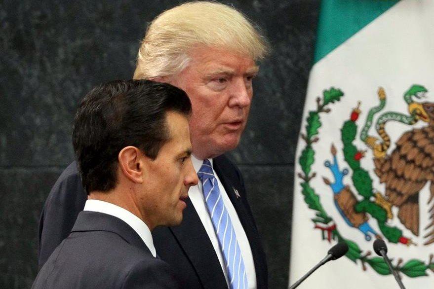 El presidente de EE. UU. Donald Trump (atrás), junto al presidente de México, Peña Nieto, durante su visita a México el 31 de agosto del 2016. (Foto Prensa Libre: EFE).