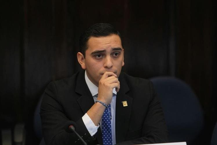 El diputado oficialista Juan Manuel Giordano escucha al Presidente del Congreso en el Salón del Pueblo. (Foto Prensa Libre: Érick Avila)
